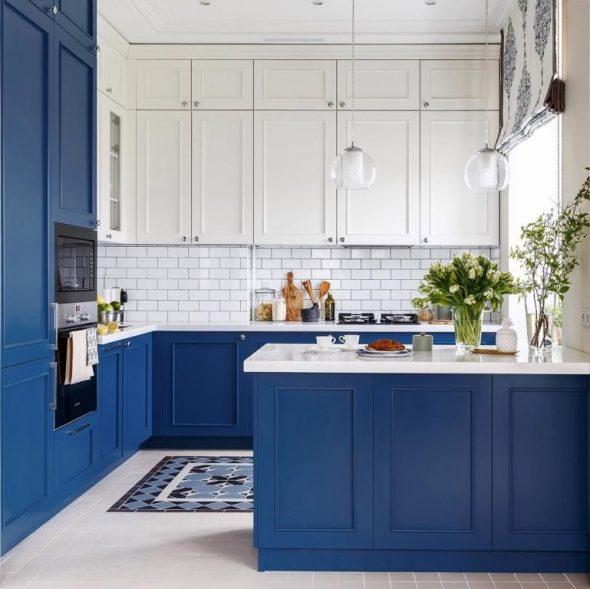 Кухня в синих и белых тонах