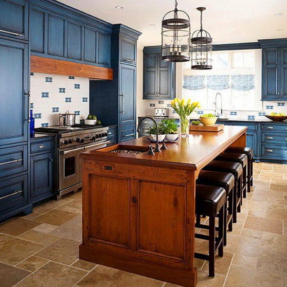 Синяя кухня с деревянными элементами
