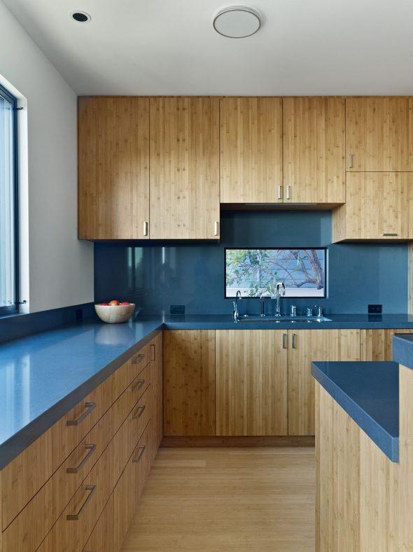 Кухня с деревянными фасадами и синей столешницей