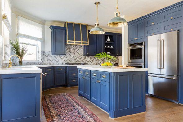 Неоклассическая кухня в синем цвете