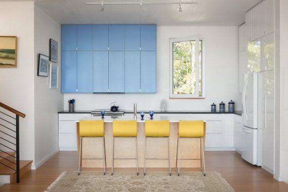 Синяя кухня с жёлтыми акцентами
