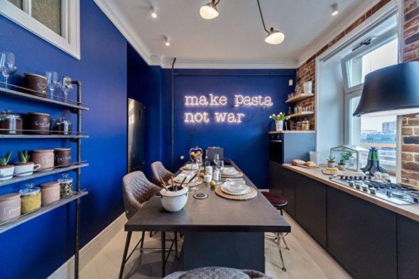 Кухня с синими стенами