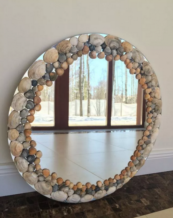 Зеркало с рамкой из ракушек