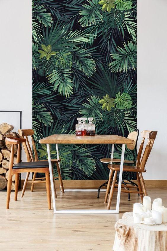 Обои с тропическим рисунком в зоне столовой