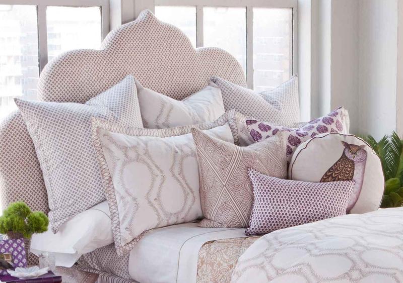 Как красиво оформить кровать подушками