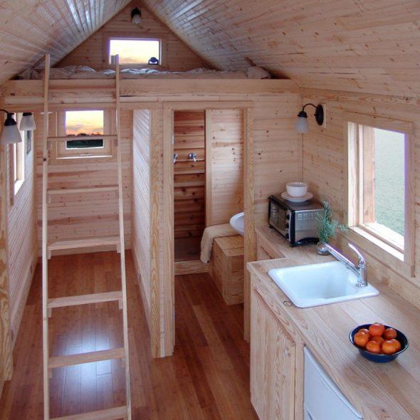 Санузел, кухня и кровать в вагончике