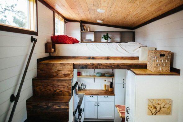 Кухня и спальное место в вагончике