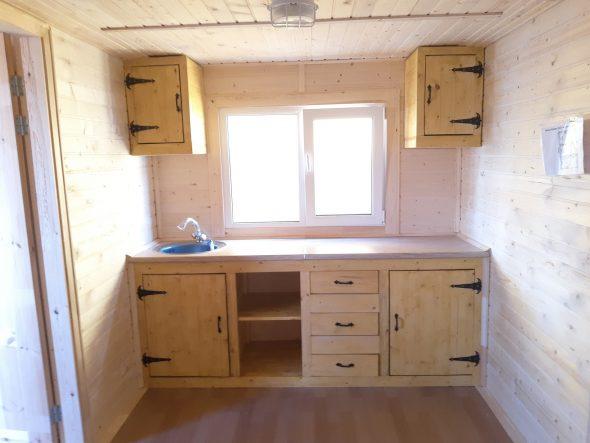 Кухня вдоль торцевой стены вагончика