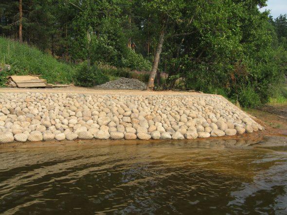 укрепление берега природным камнем
