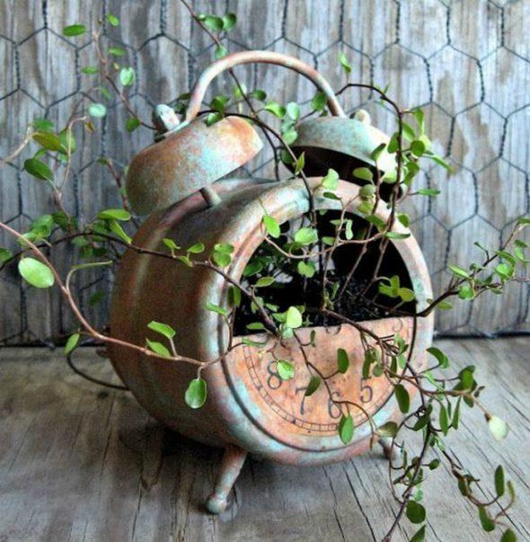 Цветочный горшок из старого будильника