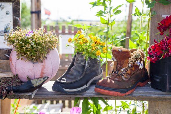 Цветочные горшки из старой обуви