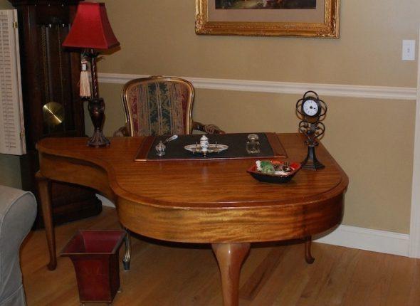 Стол из старого пианино