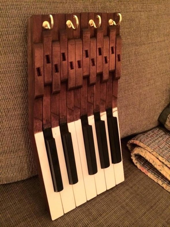 Полка из клавиш пианино