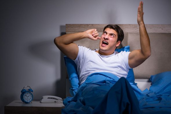 Мужчина не может спать из-за шума