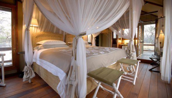 Кровать с балдахином в интерьере спальни