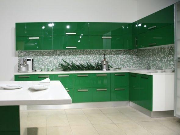 Тёмно-зелёная кухня