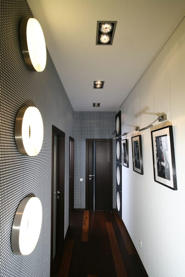 Минималистичная стена с фотографиями
