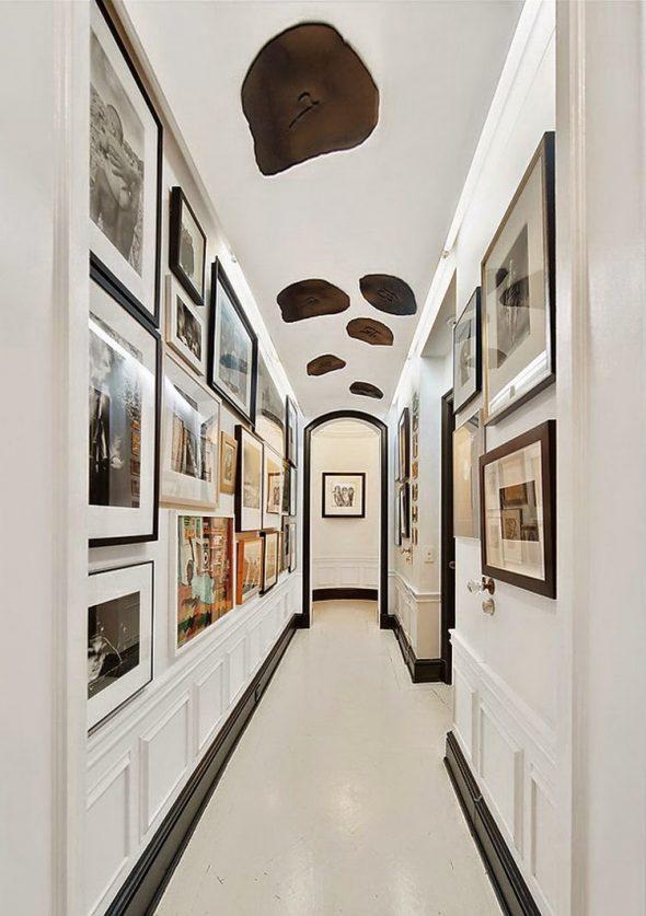 Коридор в классическом стиле с фотографиями на стенах