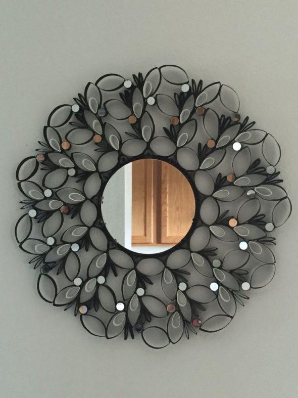 Рама для зеркала из втулок от туалетной бумаги