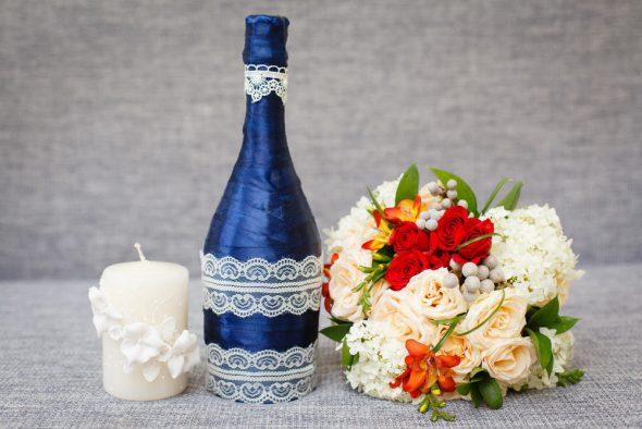 декорированная лентами бутылка