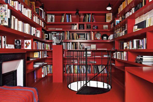 Библиотека в красных тонах