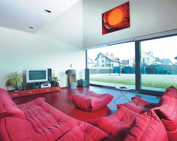 Красная гостиная с большим окном