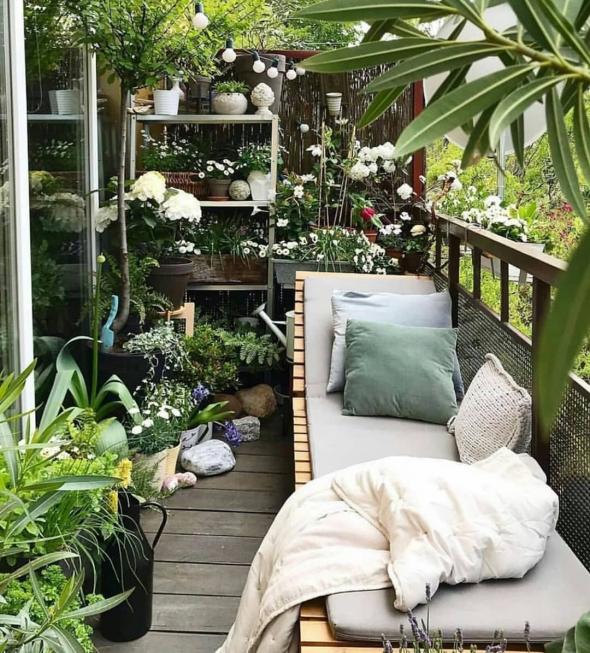 Шезлонг на балконе