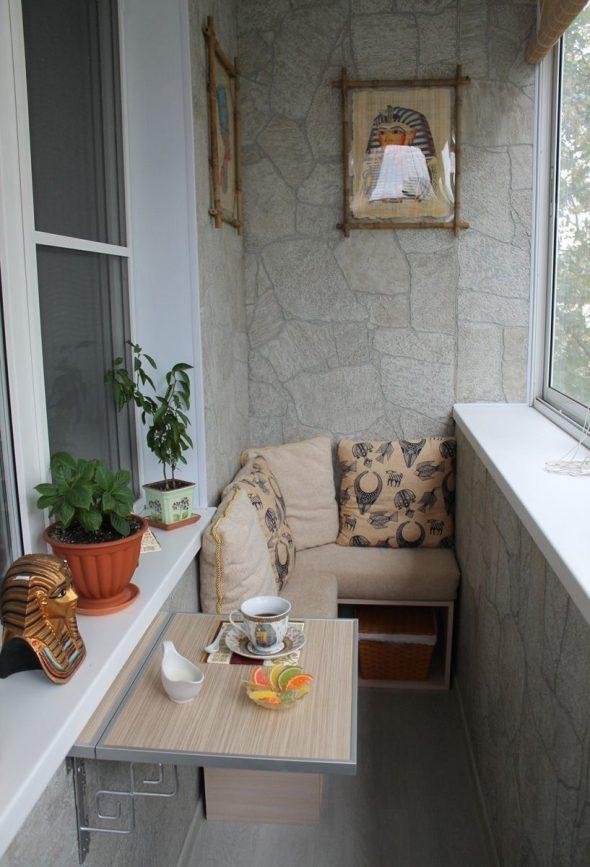 Балкон с диваном и складным столиком