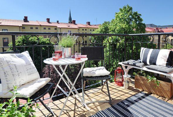 Открытый балкон со складной мебелью