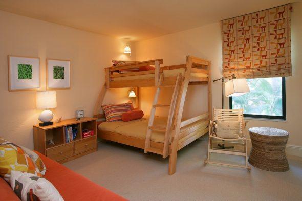 Деревянная двухъярусная кровать