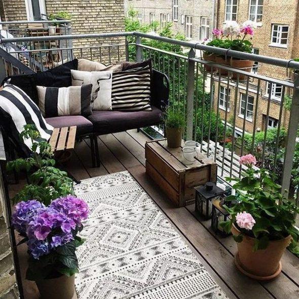 Открытый балкон с диванчиком и цветами