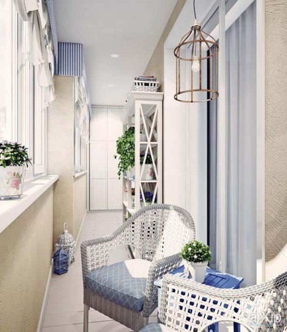 Балкон с креслами и стелажами