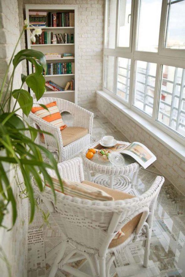 Светлый балкон в стиле лофт с плетённой мебелью