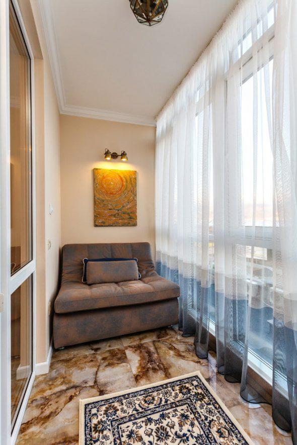 Балкон с диваном и шторами