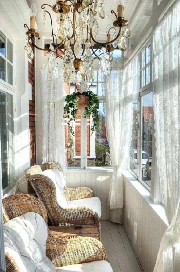 Балкон со шторами, плетёными креслами и винтажной люстрой