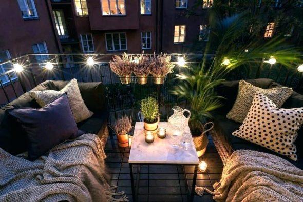 Балкон с диванами и гирляндой