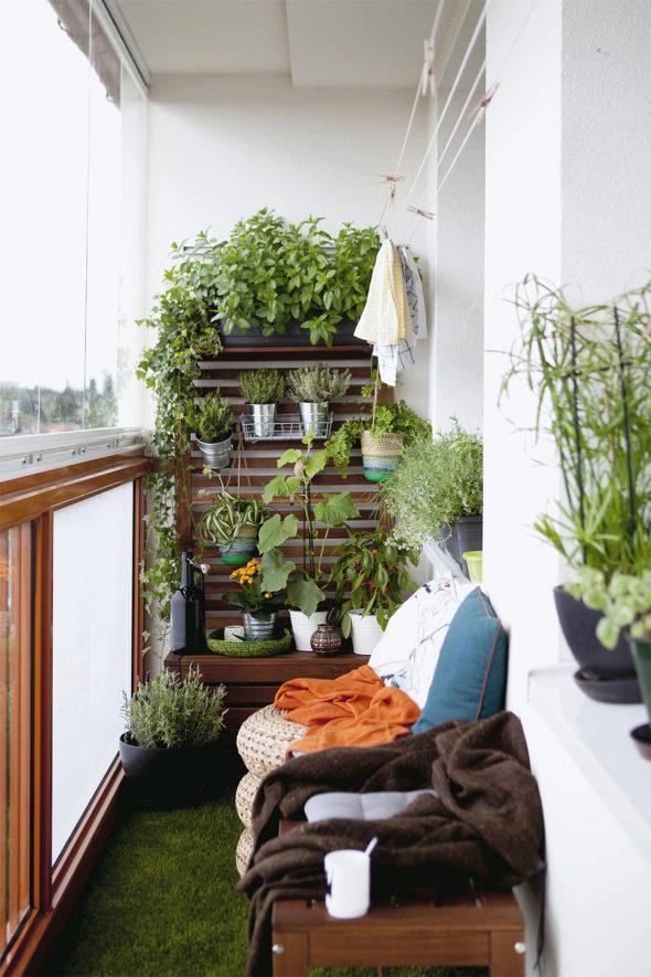 Балкон с искуственной травой и маленькой аранжереей