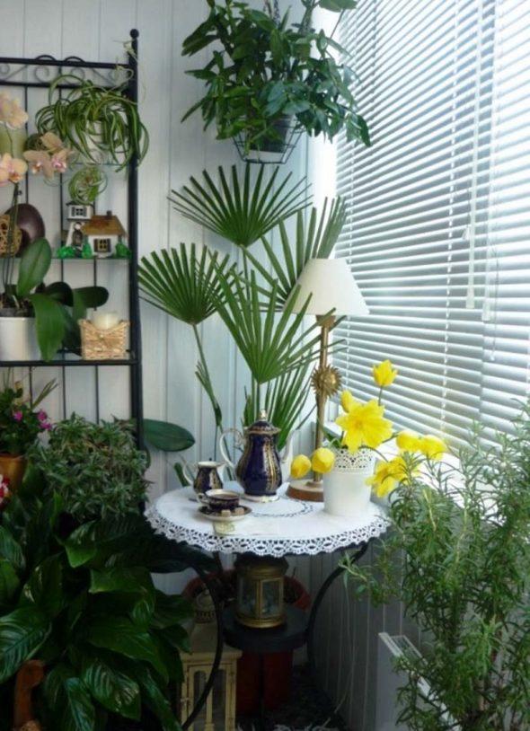 Балкон с цветами и столиком