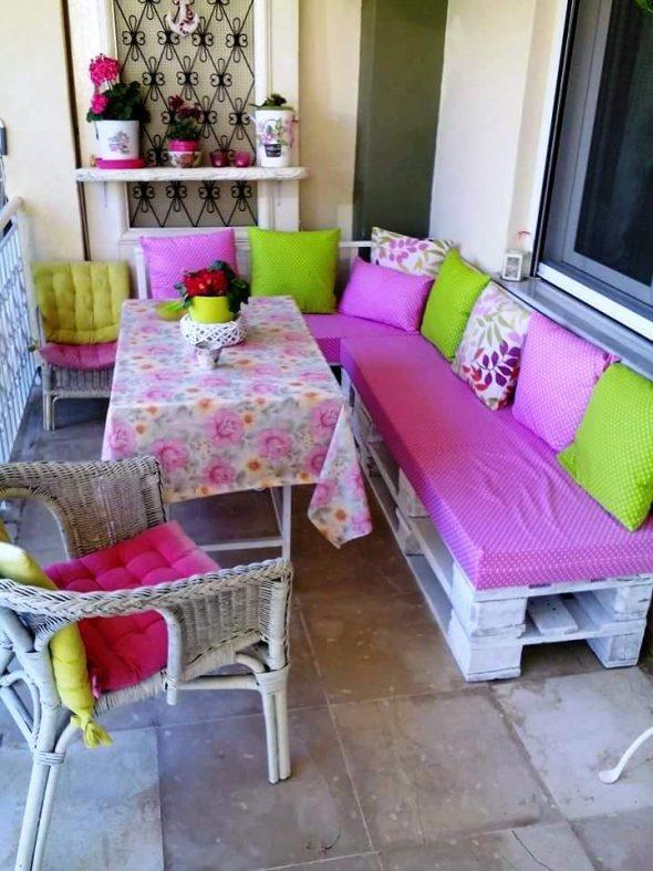 Балкон с мебелью и диваном из поддонов