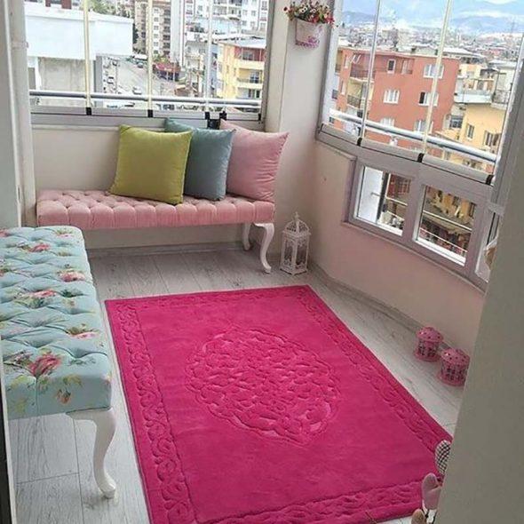 Обустроенный балкон с тахтой
