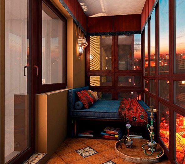 Застеклённый балкон в восточном стиле с кальяном