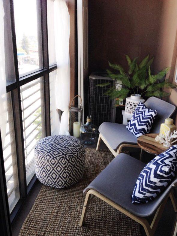 Стулья и пуфик на балконе