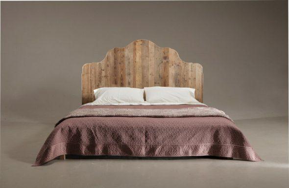 Кровать с деревянным изголовьем