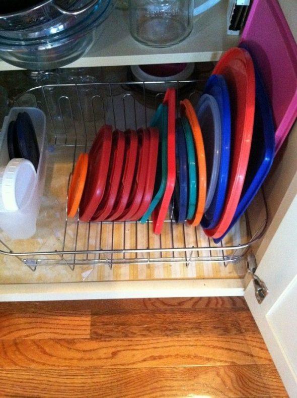 Крышки от контейнеров в сушилке для посуды