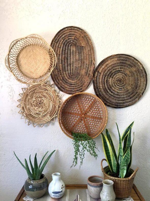Плетёные тарелки на стене