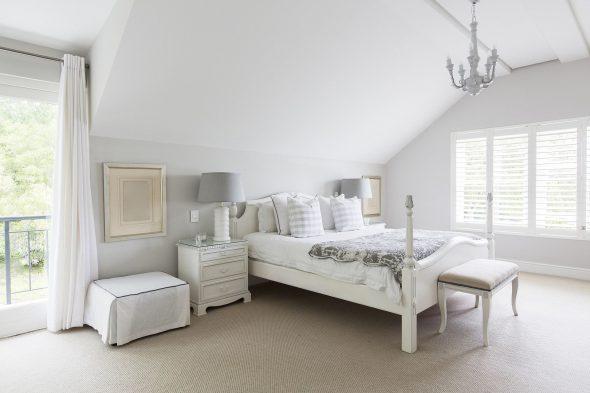 Спальня в белых тонах в мансарде