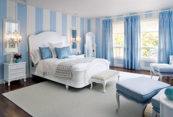 Спальня с голубыми стенами и белой мебелью