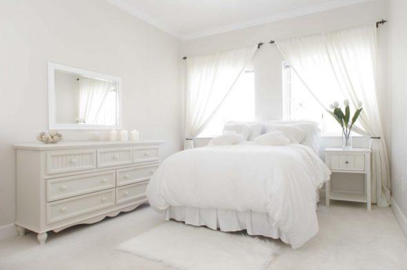 Белые стены и мебель в спальне