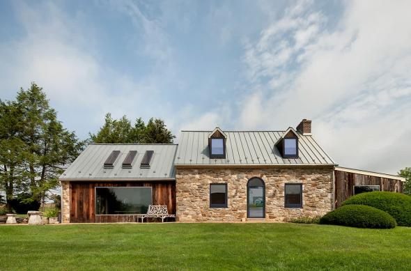 Одноэтажный современный дом в английском стиле с большими окнами