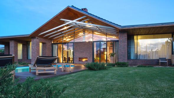 Одноэтажный дом с роскошным фасадом
